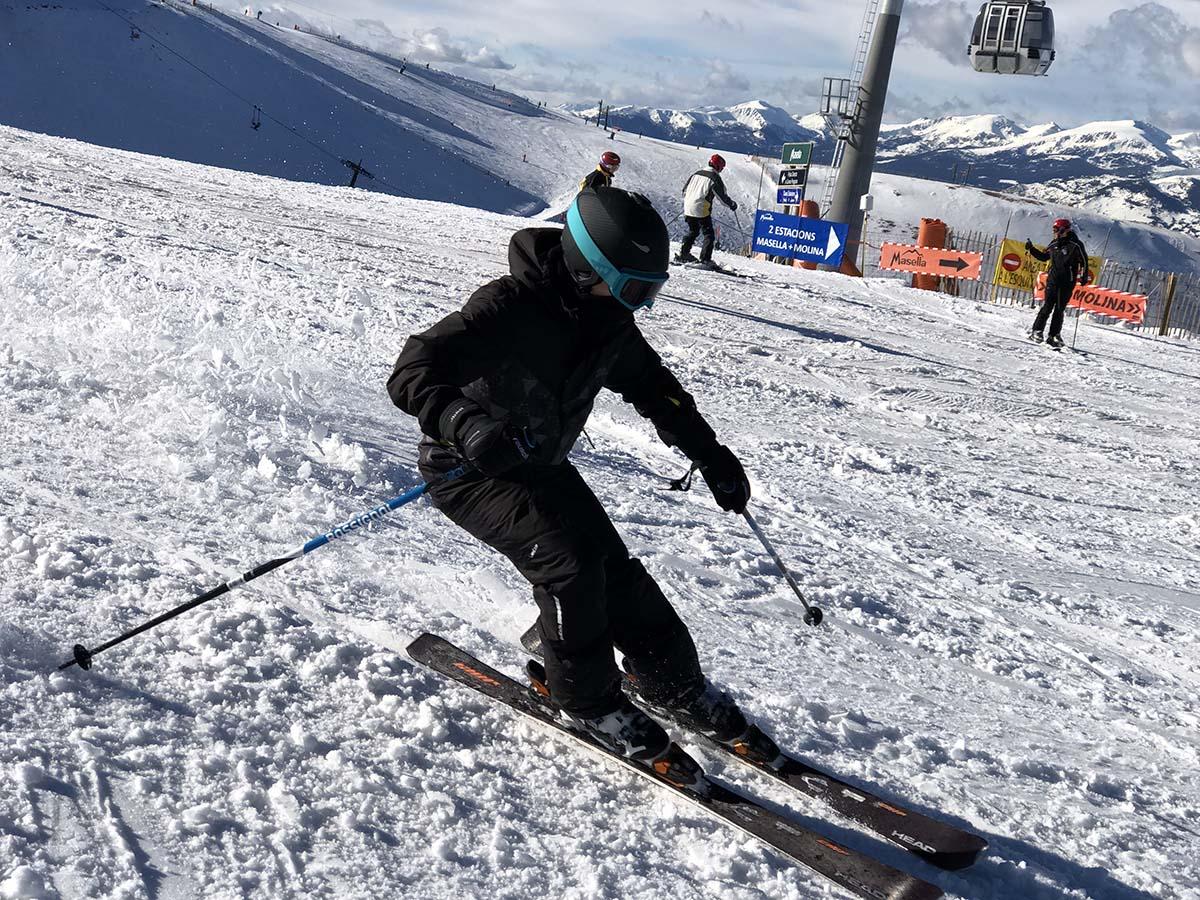 esquiador-tapat-casc-guants-buff