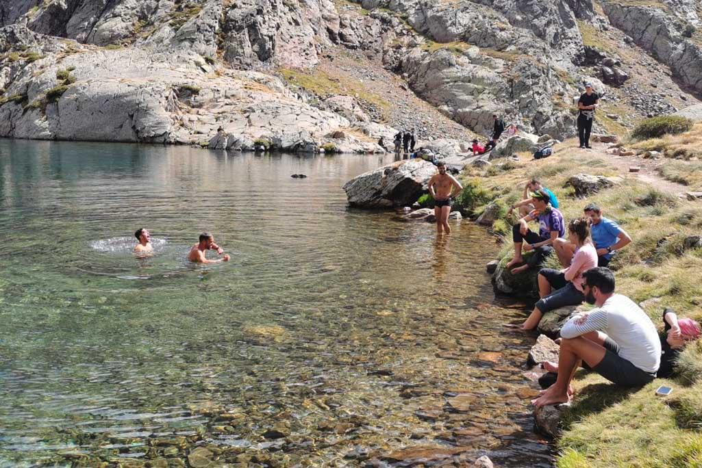 banyistes-platja-llac-alta-muntanya-parc_natural_alt_pirineu